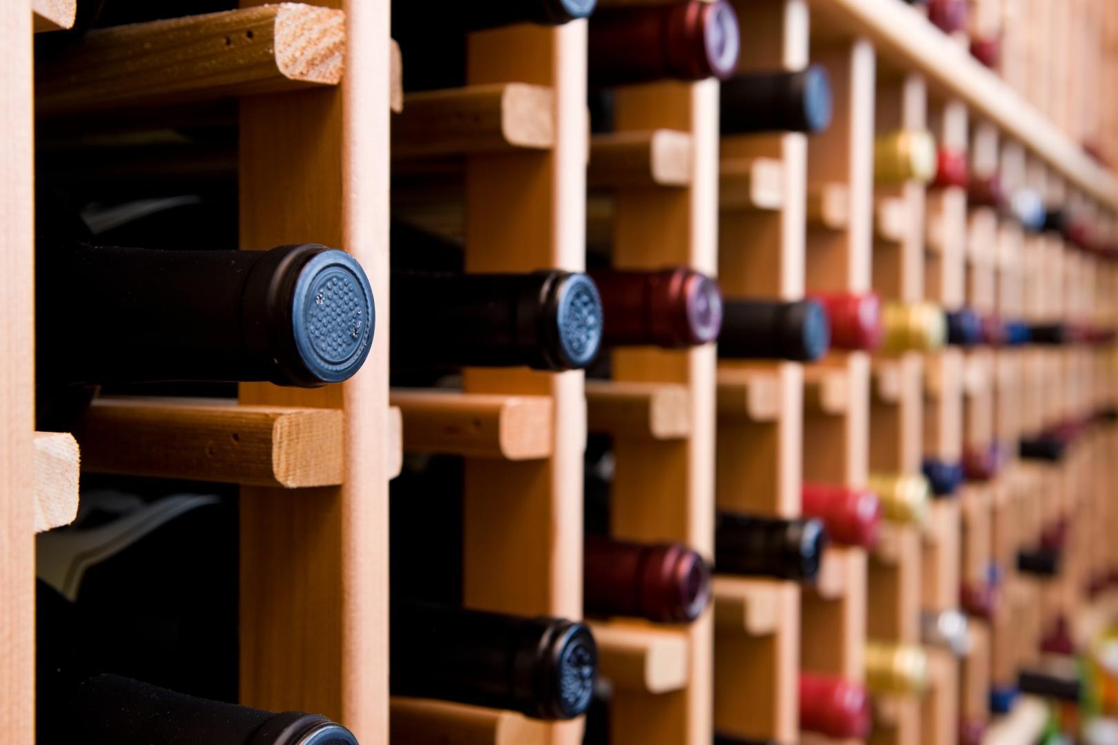 Bouteilles de vin rangée dans une cave